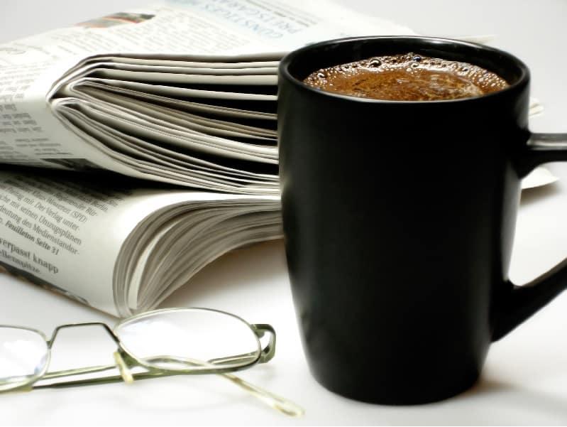 Morgenkaffee mit Zeitung